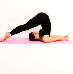 Yoga en Barcelona: posturas de yoga HALASANA